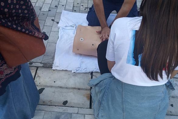 Πάτρα: Διασώστες του ΕΚΑΒ στον πεζόδρομο της Ρήγα Φεραίου
