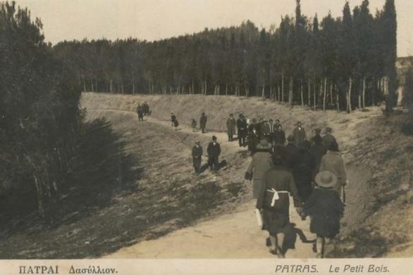 Πατρινοί πηγαίνουν τη βόλτα τους στο Δασύλλιο το 1934