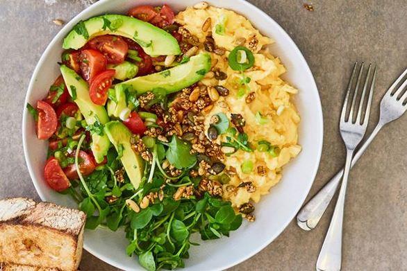Scrambled eggs με αβοκάντο και chia