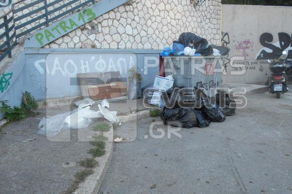 """Πάτρα - """"Λόφοι"""" από σκουπίδια στους κάδους λόγω της απεργίας (φωτό)"""