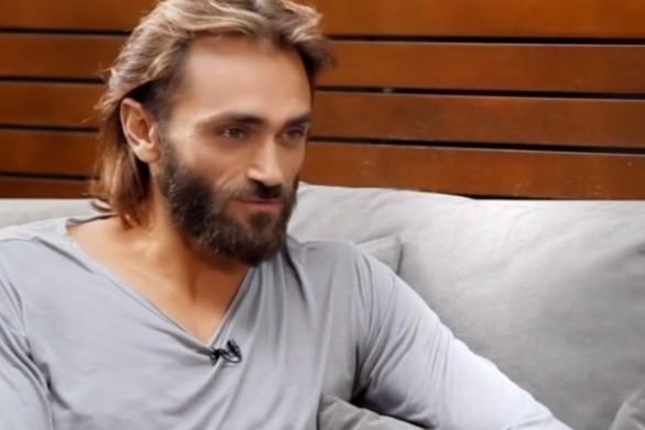 """Τεό Θεοδωρίδης: """"Αν αποδεχόμουν τον όρο """"Έλληνας Θεός"""" θα έπρεπε να πάω σε ψυχίατρο"""" (video)"""