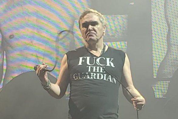 H μπλούζα του Μόρισεϊ σε συναυλία - Μαίνεται η κόντρα του με τον Guardian