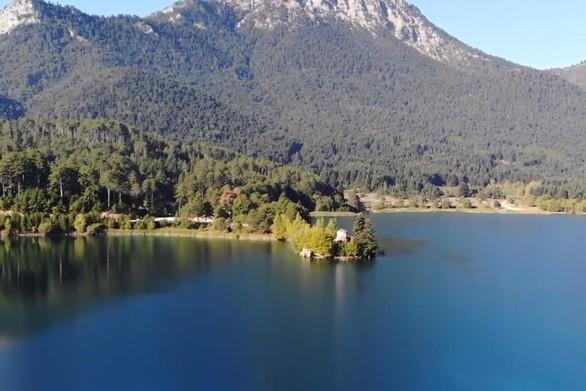 Δόξα - Η κουκλίστικη λίμνη που θυμίζει αλπικό τοπίο (video)