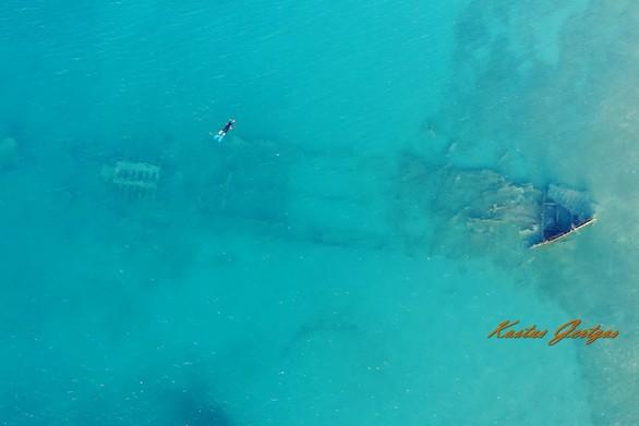 """Το ναυάγιο που στέκεται """"όρθιο"""" στην ακτή των Αραχωβιτίκων της Πάτρας (video)"""