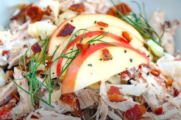 Σαλάτα με κοτόπουλο, μπέικον και μήλα