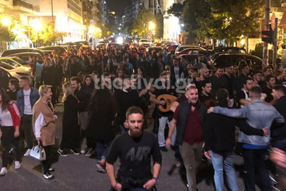 200 φοιτητές έστησαν κρητικό γλέντι στους δρόμους της Θεσσαλονίκης (video)