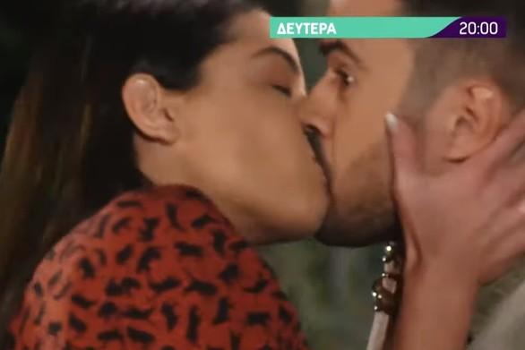 Έλα στη θέση μου: Η Μαρίνα φιλάει τον Βλάση!