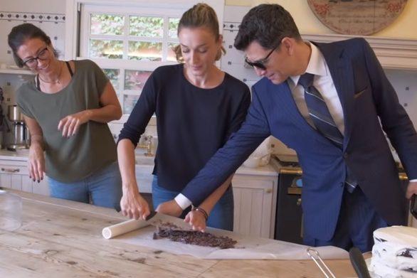 """Σάκης Ρουβάς: """"Κλέβει"""" σοκολάτα από την κουζίνα της Κάτιας Ζυγούλη! (video)"""