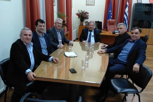 Ο Ν. Σπανουδάκης και ο Γ. Μιχαλόπουλος στο δημαρχείο Αιγιάλειας