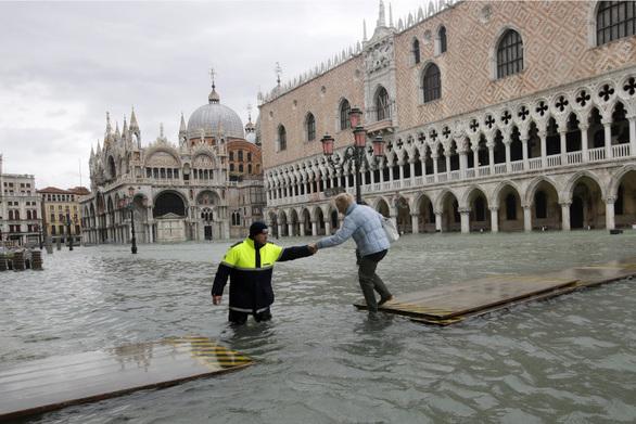 Σφοδρές βροχοπτώσεις στη βόρεια Ιταλία