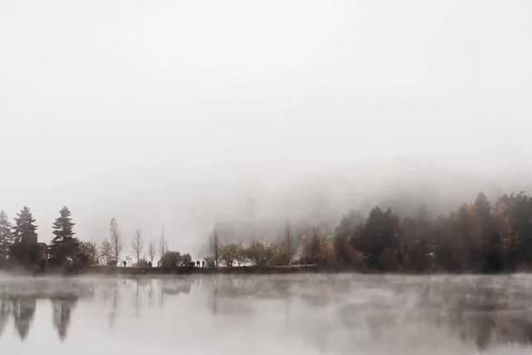 Όταν ένα πέπλο ομίχλης, απλώθηκε πάνω από τη λίμνη Δόξα (video)