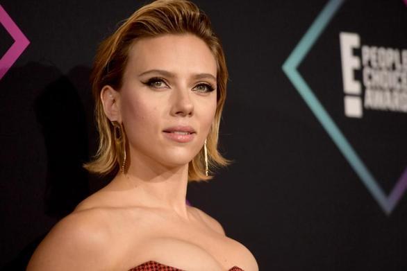 Scarlett Johansson: «Την πρώτη φορά που παντρεύτηκα ήμουν 23 ετών»