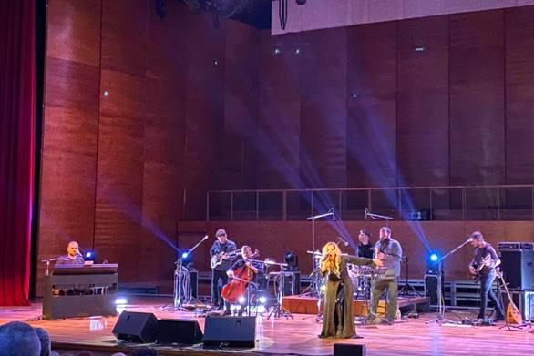 Έκλεψε την παράσταση η Νατάσσα Μποφίλιου στο Συνεδριακό της Πάτρας (φωτό)