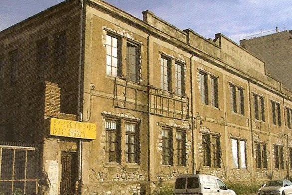 Αναγνωρίζετε αυτό το κτίριο της Πάτρας που τώρα θυμίζει... γήπεδο από τα συνθήματα;