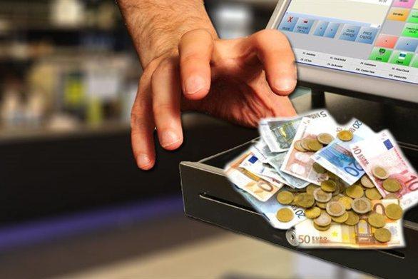 """Πάτρα: """"Βούτηξε"""" 1.800 ευρώ από ταμειακή μίνι μάρκετ"""
