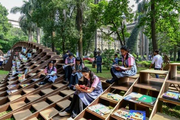 Ένας «Βιβλιοσκώληκας» στην Ινδία - Για να ενθαρρύνει τα παιδιά να απολαμβάνουν το διάβασμα