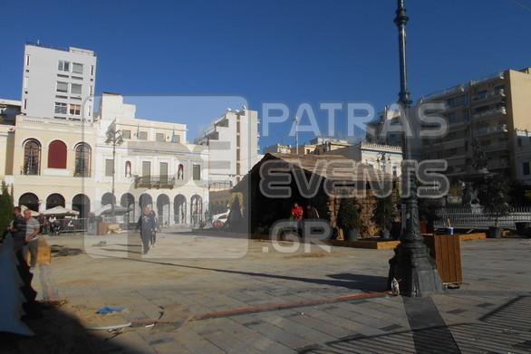 Μπήκε η φάτνη στη πλατεία Γεωργίου - Σχεδόν έτοιμο το Χριστουγεννιάτικο χωριό (φωτο)