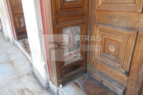 """""""Παρακμή"""" μπροστά από το θέατρο Απόλλων της Πάτρας"""