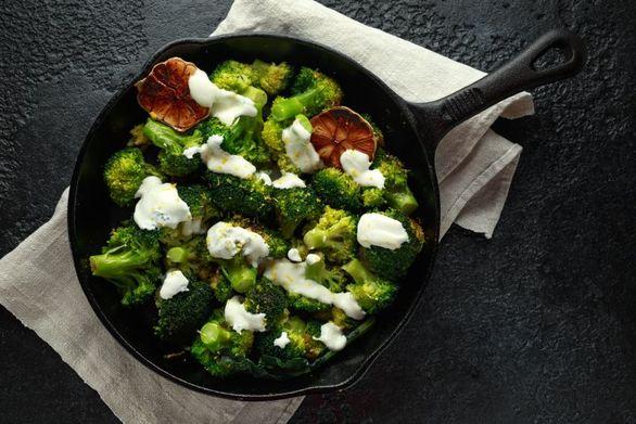 Μπρόκολο στο φούρνο με σος γιαουρτιού