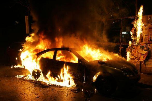 Μπαράζ εμπρησμών σε αυτοκίνητα τη νύχτα στην Αττική