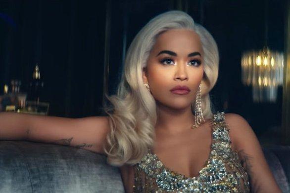 Rita Ora - Η αισθησιακή πόζα της τραγουδίστριας