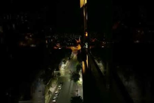 Γυναίκα τραγουδάει στο παράθυρο και η αντίδραση της γειτονιάς γίνεται... viral (video)