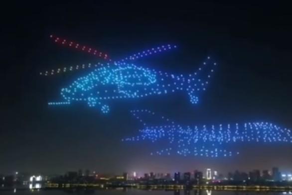800 drones σχηματίζουν ένα... αεροπλάνο (video)