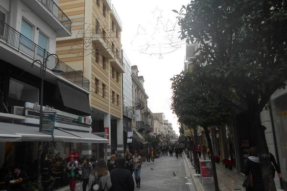 Κόσμος στο κέντρο της γιορτινής Πάτρας, λίγα πράγματα στην αγορά (φωτο)