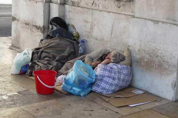 """Οι """"άθλιοι"""" της Πάτρας, που ζουν σε ερείπια και δρόμους, ξεπερνούν τους 500!"""