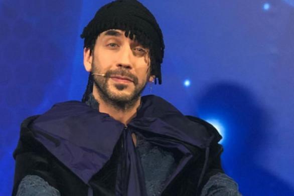Ο Πάνος Μουζουράκης στον τελικό του The Voice, με κατσούνα και κρητική μαντήλα!