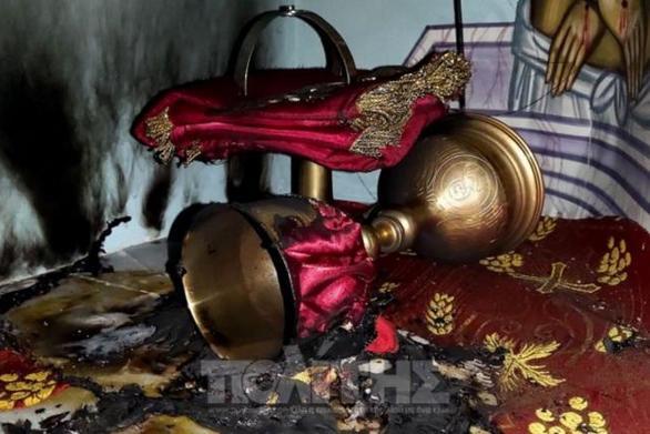 Χίος: Μπήκαν στην εκκλησία και έβαλαν φωτιά στην Αγία Τράπεζα (video)