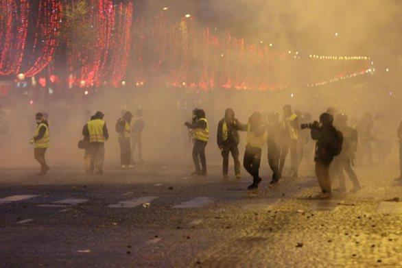 Χρήση δακρυγόνων από την αστυνομία κατά διαδηλωτών στο κέντρο του Παρισιού