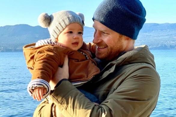 Ο μικρός Άρτσι στην αγκαλιά του πρίγκιπα Χάρι