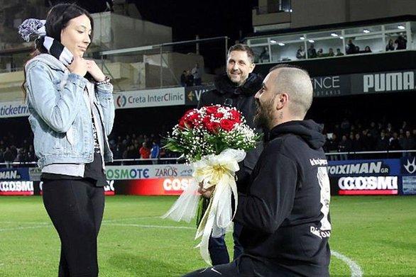 Πρόταση γάμου στο γήπεδο!