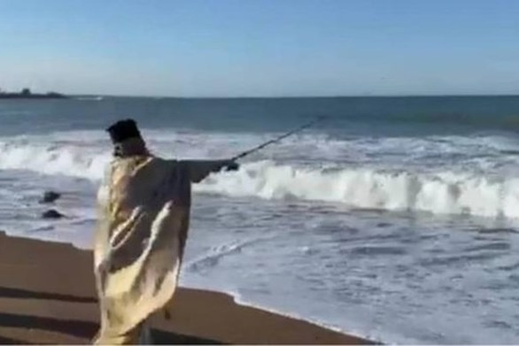 Στη Μεσσηνία ο ιερέας έριξε τον Σταυρό με... καλάμι ψαρέματος (video)