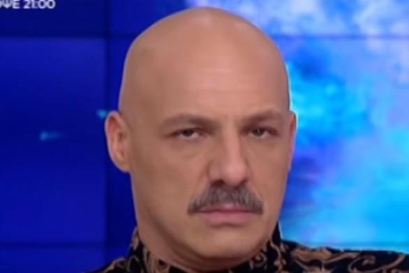 Ξύρισαν live τον Νίκο Μουτσινά (video)