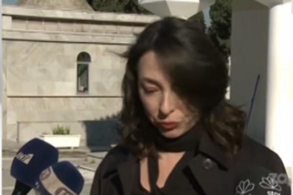 """""""Λύγισε"""" η Αλίκη Κατσαβού στην κηδεία της Έρρικας Μπρόγιερ (video)"""
