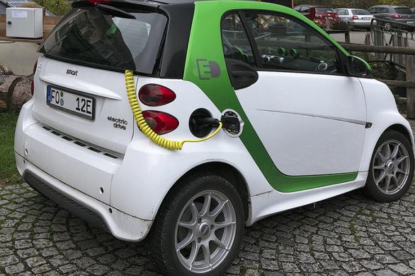 Handelsblatt: Τα ηλεκτρικά οχήματα απειλούν 400.000 θέσεις εργασίας