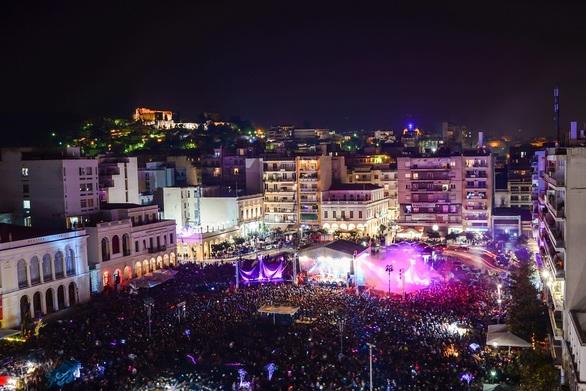 Μαγική η πλατεία Γεωργίου στην τελετή έναρξης του Πατρινού Καρναβαλιού 2020 (pics)