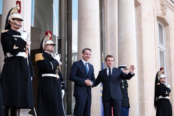 Θερμή υποδοχή Μακρόν σε Μητσοτάκη στο Παρίσι