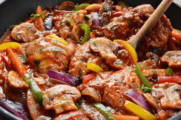 Κοτόπουλο με μπύρα και πολύχρωμες πιπεριές