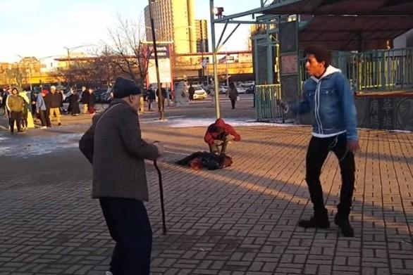 92χρονος σε ένα απίθανο dance battle με χορευτή του δρόμου (video)