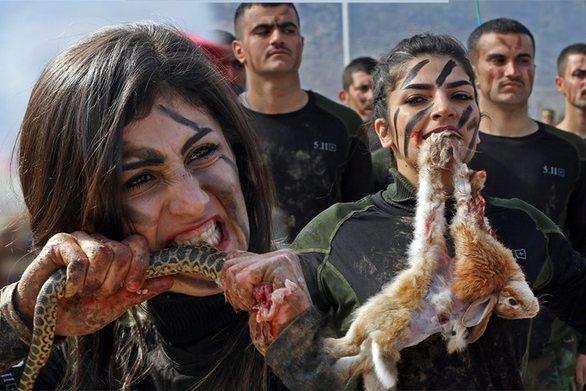 Γυναίκες Πεσμεργκά δάγκωσαν από κουνέλια μέχρι φίδι σε τελετή αποφοίτησης (φωτο)