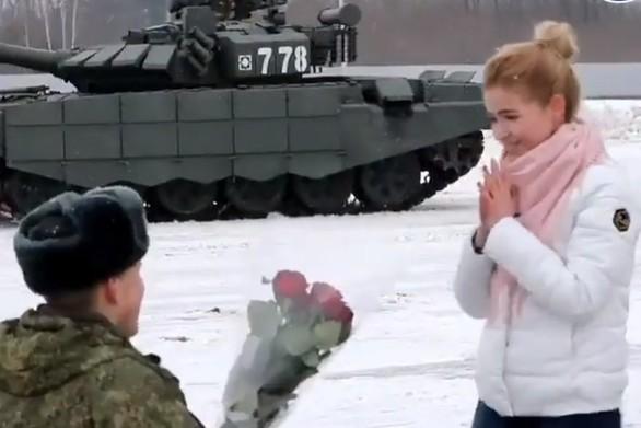 Ρώσος έκανε πρόταση γάμου με... τανκς σε σχήμα καρδιάς (video)