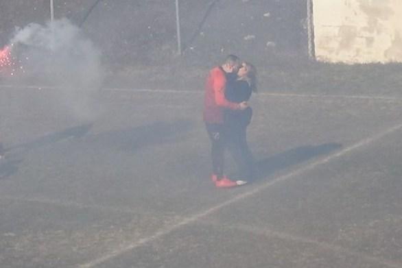 Πρόταση γάμου από ποδοσφαιριστή σε ματς ερασιτεχνικού πρωταθλήματος (video)
