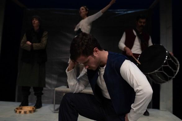"""Γιάννης Τσάκωνας: Ο Πατρινός που διασχίζει τη δική του """"Οδύσσεια"""", με σχεδία τη σκηνή!"""