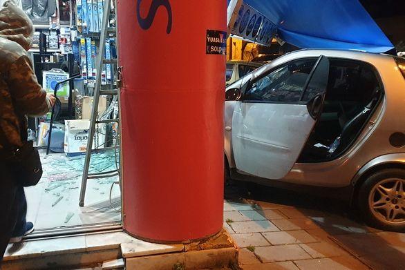 Πάτρα: Ι.Χ. καρφώθηκε σε κατάστημα ηλεκτρικών ειδών