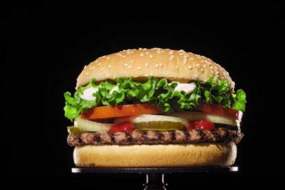 Βίντεο δείχνει πώς μουχλιάζει ένα burger μέρα με τη μέρα