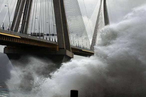 """Πάτρα: Δυνατοί άνεμοι """"σαρώνουν"""" την περιοχή"""