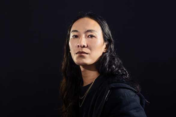 Ο Alexander Wang θα πουλήσει διαδικτυακά δημιουργίες του για να ενισχύσει τον ΠΟΥ